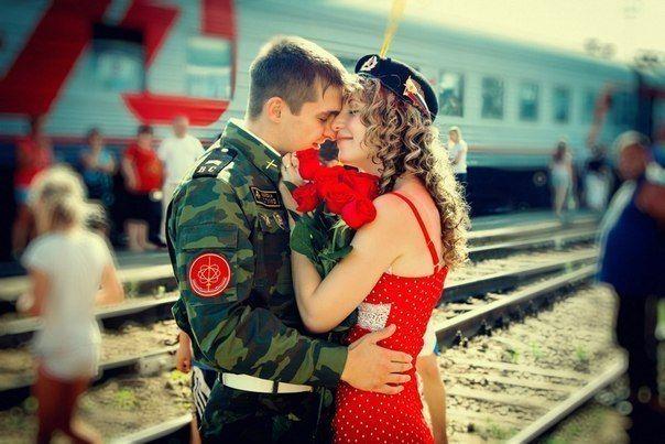 девушка ждет солдата