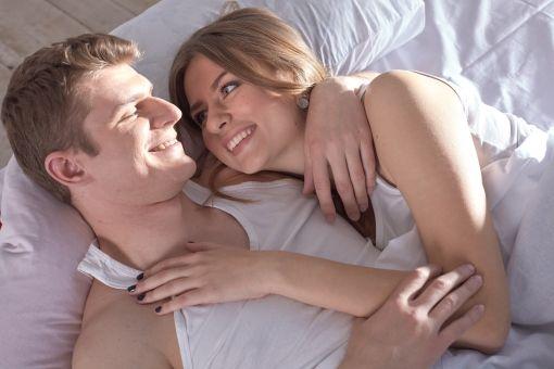 мужчина и женщина в постели утром