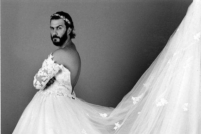 мужчина в женском свадебном платье