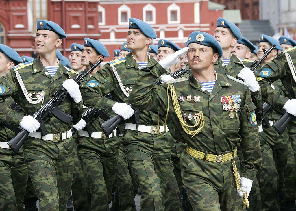 солдат российской армии отдает честь