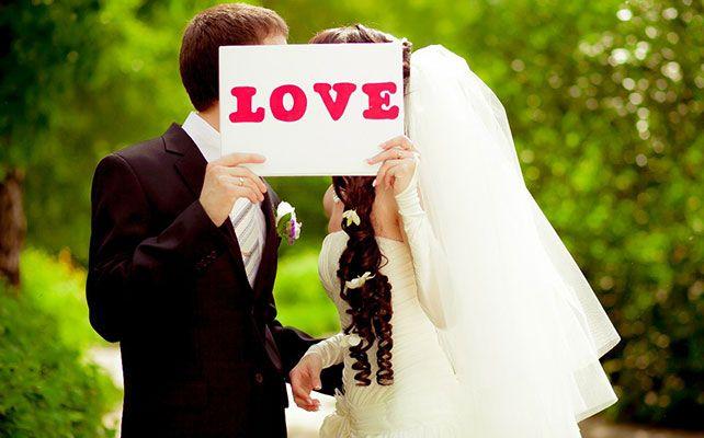 молодые целуются на свадьбе